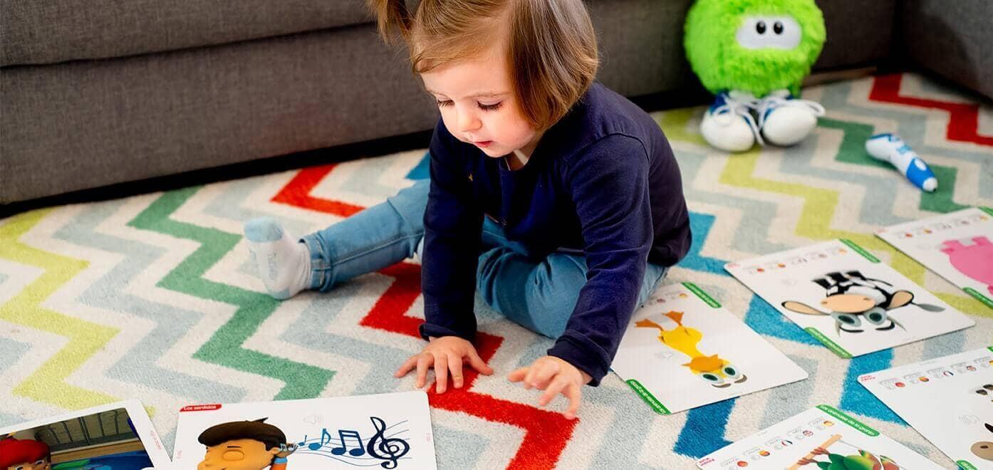 Niña jugando en la alfombra